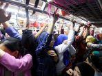 berdesakan-penumpang-gerbong-khusus-wanita-krl_20170518_094210.jpg