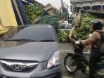 berhenti-di-traffic-light-honda-brio-tertimpa-truk-bermuatan-pisang-65-ton_20180813_190701.jpg
