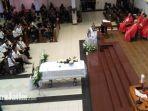 berita-surabaya-pemakaman-aloysius-bayu-di-gereja_20180523_125127.jpg
