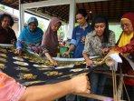 berlatih-membuat-batik-mengembangkan-umkm_20160413_021558.jpg