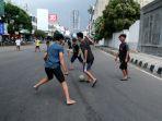 bermain-bola-di-jalan-protokol-yang-ditutup-saat-ppkm-darurat_20210718_012708.jpg