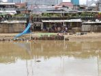 bermain-burung-dara-di-pinggiran-bantaran-banjir-kanal_20210301_114102.jpg