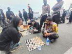 Demo Tolak Omnibus Law di Lampung, Mahasiswa Tantang Polisi Main Catur: Agar 'Santuy', Tidak Panas