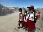 bersekolah-dalam-debu-tebal-erupsi-gunung-sinabung_20160523_211415.jpg