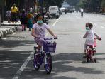 bersepeda-di-jalan-yang-tutup-selama-psbb-di-bandung-raya_20200518_214815.jpg