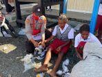 binmas-noken-polri-membagikan-donasi-kepada-siswa-dan-siswi-sd-inpres-pagalame.jpg