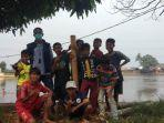 Bocah di Desa Cibeuteung Udik Ciseeng Bogor Ngabuburit Main Lodong Untuk Jaga Tradisi