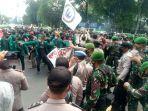 Mahasiswa yang Tolak UU Cipta Kerja dan Polisi Bentrok di Depan Istana Kepresidenan Bogor