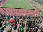 bonek-saat-mendukung-persebaya-surabaya-di-stadion.jpg