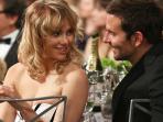 Robert Pattinson Positif Covid-19, Ini Sosok Kekasihnya, Suki Waterhouse yang Kini Matikan Komentar