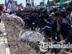 breaking-news-ricuh-aksi-demo-mahasiswa-di-dprd-jatim-rusak-kawat-berduri-panjat-pagar-gedung.jpg
