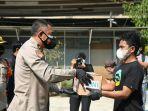 brigjen-pol-i-wayan-sunarthamenyerahkan-bantuan-kepada-mahasiswa-asal-indonesia-timur.jpg
