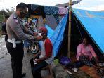 briptu-muh-anugrah-bagi-masker-ke-tenda-pengungsi-gempa-bumi_20210125_194130.jpg