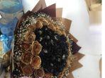 buket-bunga-dengan-mawar-berwarna-hitam-dan-emas_20170214_181938.jpg