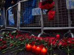 bunga-dan-lilin-yang-diletakkan-di-depan-klub-malam-reina-di-istanbul-turki_20170102_172706.jpg