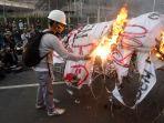 buruh-dan-mahasiswa-demo-tolak-ruu-omnibus-law_20200814_201444.jpg