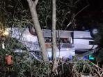 Keluarga Korban Kecelakaan Bus Berjejer di Pekarangan Rumah, Ada yang Histeris hingga Pingsan