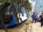 bus-transjakarta-keluar-jalur-tabrak-puun.jpg