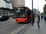 bus-transjakarta-menurunkan-panumpang-di-trotoar-thamrin_20201010_123910.jpg