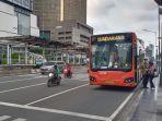 bus-transjakarta-menurunkan-panumpang-di-trotoar-thamrin_20201010_123951.jpg