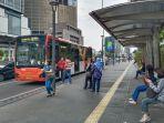 bus-transjakarta-menurunkan-panumpang-di-trotoar-thamrin_20201010_124024.jpg