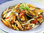 Cara Membuat Kerang Saus Padang Ala Restoran Seafood , Perhatikan Cara Membersihkan Kerangnya
