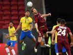 casemiro-dari-brazil-kiri-dan-fernando-aristeguieta-dari-venezuela-berebut-bola.jpg