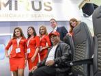 ceo-airasia-group-tony-fernandez-mencoba-kursi-hawk_20160408_072516.jpg