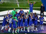 cesar-azpilicueta-tengah-merayakan-dengan-trofi-setelah-memenangkan-pertandingan.jpg