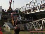 crane-yang-gagal-angkat-truk-yang-jatuh-ke-sungai-bengawan_20180418_093413.jpg