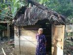 dania-85-di-depan-rumahnya-di-desa-dandang-kecamatan-sabbang-l_20170810_164039.jpg