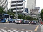 darurat-covid-19-jalan-masih-ramai-dipenuhi-kendaraan-roda-4-da_20200402_114938.jpg
