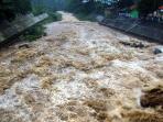 debit-air-sungai-ciliwung-di-bendung-katulampa-bogor_20141227_093836.jpg