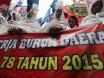 demo-buruh-berkostum-pocong-tuntut-kesejahteraan_20190501_213300.jpg