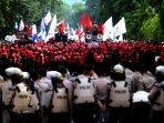 demo-buruh-dihadang-barisan-polisi_20151211_132552.jpg