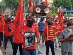 Demo Mabes Polri, Ratusan Buruh Bawa Foto Korban Aksi Represif Aparat saat Unjuk Rasa