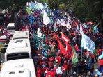 demo-buruh-menuntut-kenaikan-upah_20151102_154623.jpg