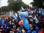 demo-buruh-pekerja-logam-tuntut-upah_20151102_131726.jpg