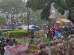 demo-mahasiswa-buruh-jokowi-hujan-nih3.jpg