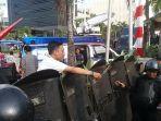 demonstran-beri-bunga-ke-polisi.jpg