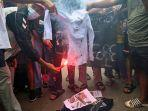 demonstran-rayakan-ulang-tahun-pemimpin-kudeta-dengan-ritual-pemakaman.jpg