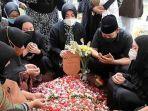 Denny Cagur Terlihat Tegar Selama Pemakaman Ibundanya
