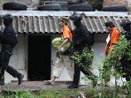 densus-88-gelar-rekonstruksi-kasus-terorisme-di-bandung_20171026_215629.jpg