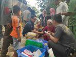 di-lokasi-pengungsian-gempa-di-banten-sejumlah-warga-berbaris-untum-me.jpg