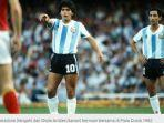 diego-maradona-tengah-dan-ossie-ardiles-kanan-bermain-bersama-di-piala-dunia-1982.jpg