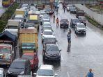 diguyur-hujan-lebat-tol-japek-kebanjiran_20200225_211219.jpg