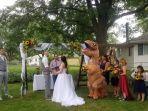 diizinkan-boleh-pakai-apa-saja-di-pernikahan-kakaknya-wanita-ini-justru-kenakan-kostum-t-rex.jpg