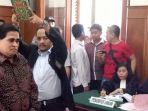 dimas-kanjeng-disumpah-sebelum-bersaksi-di-pengadilan-negeri-surabaya_20170316_060741.jpg