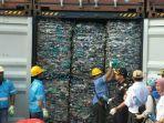 dirjen-bea-cukai-heru-pambudi-di-depan-kontainer-berisi-sampah-plastik.jpg