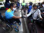 disabilitas-kota-bandung-bagikan-masker-kain-kepada-pengendara_20200713_104604.jpg